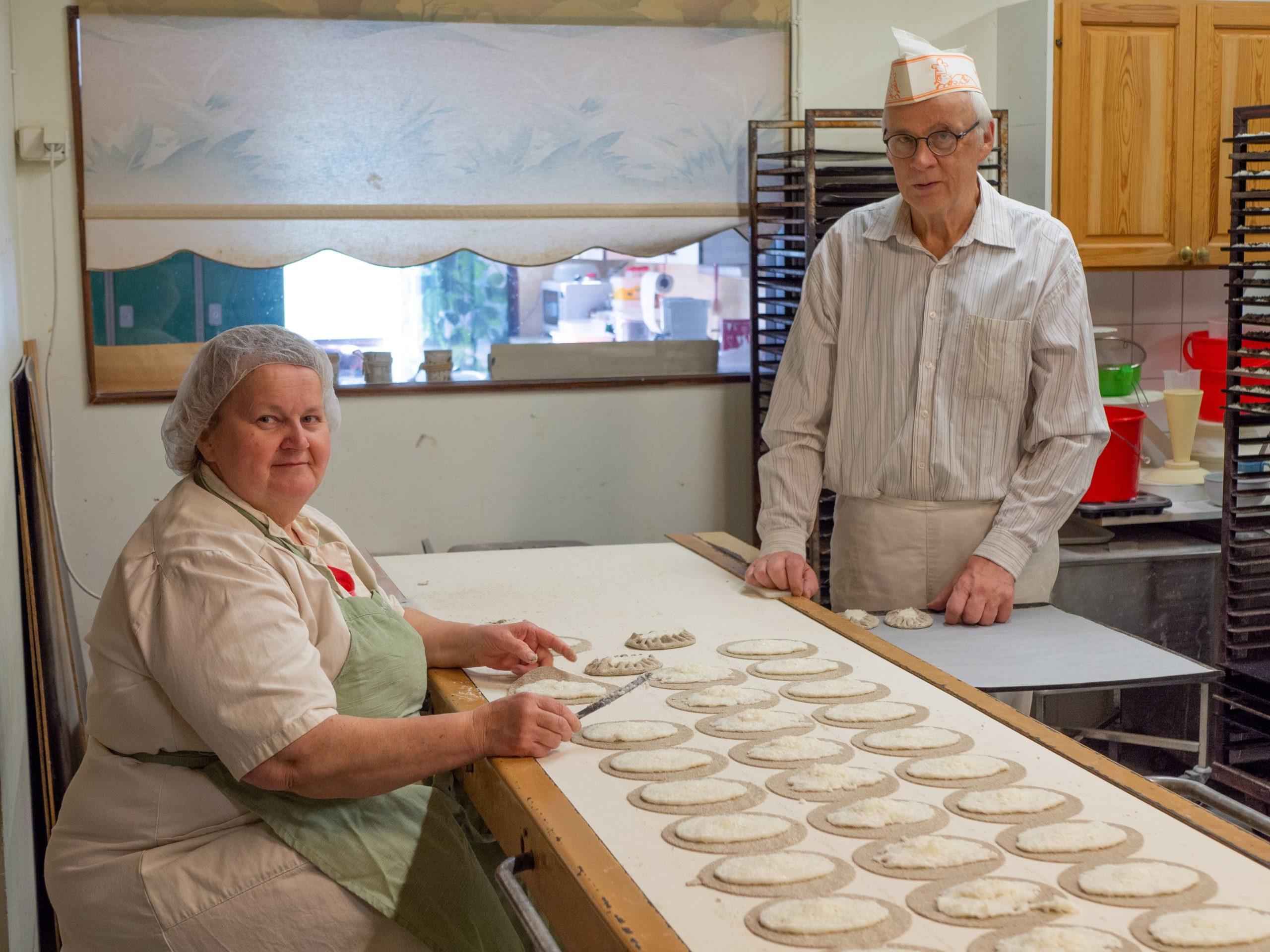 Kuvassa Rauni ja Timo leipomassa piirakoita